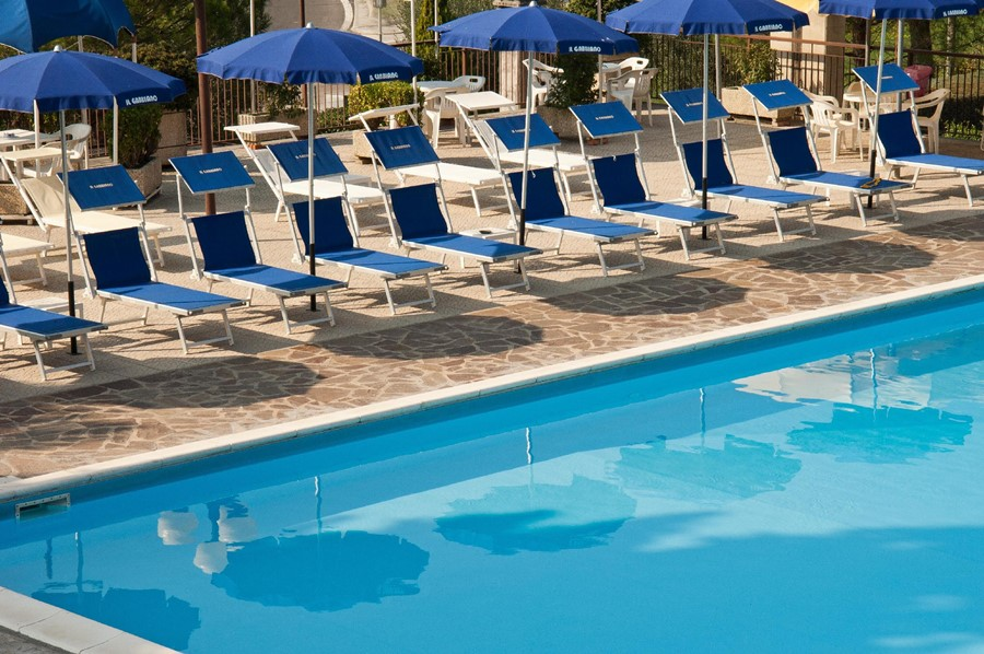 hotel il gabbiano - pool - umbrellas - trasimeno lake